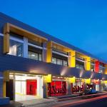Silver-Top-HQ-Melbourne-Mayor-tempio-facade-3-wide-shot-of-outside-tiling
